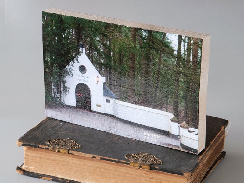 Kapel op hout staand
